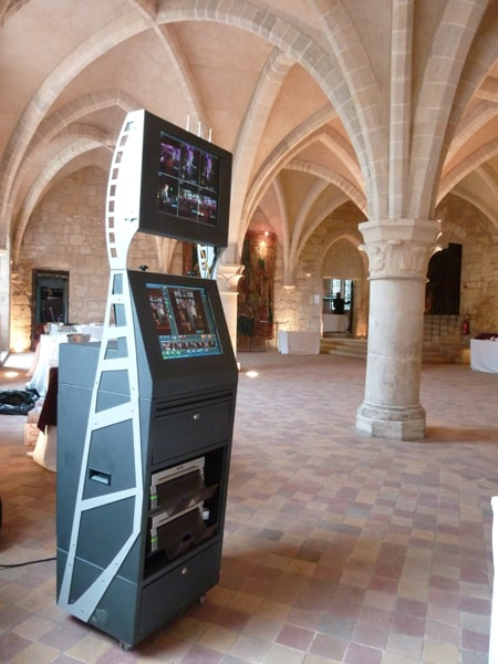 borne photo interactives 1 - event photo corner kiosk with photographer in paris